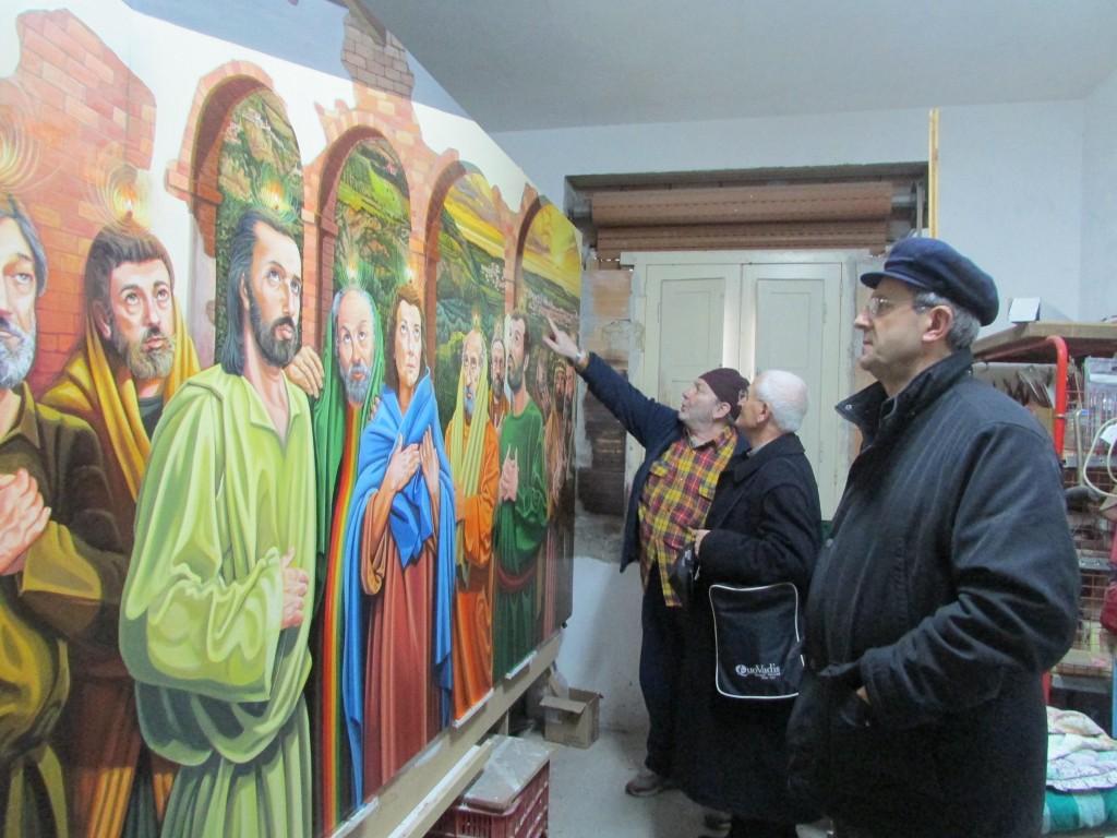 l'artista durante il collaudo con Mons Nolè e don Salvatore De Pizzo